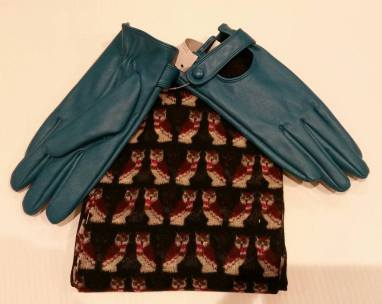 Scarf & Medium Gloves (Brand New) Starting Bid- £1